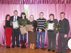 Širvintų kultūros centro Juodiškių filialo saviveiklininkai su pereinamuoju prizu (autorius kraštietis Julijanas Gridziuška) už geriausią metų (2012) darbą.