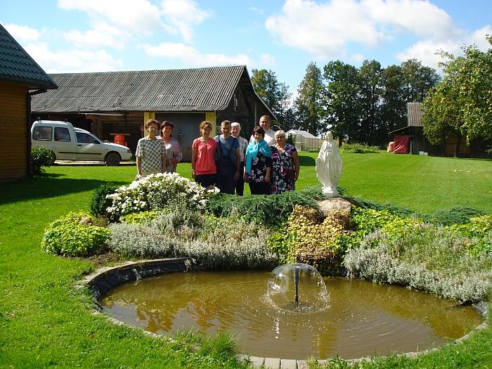 Vertinimo komisija sustojo prie baseino su fontanu. Tai Liudmilos ir Valiaus Kropų, gyvenančių Vičiūnuose, sodybos puošmena.