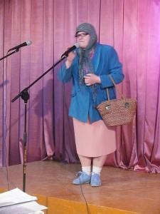 """Eidama į bažnyčią į koncertą užklydo """"bobulė"""" (Janina Jankauskienė)."""