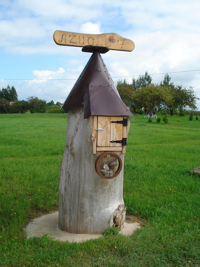 Originali pašto dėžutė kviečia užsukti į Alionių II kaime gyvenančių Danutės ir Česlav'o Vasilevskių namus.