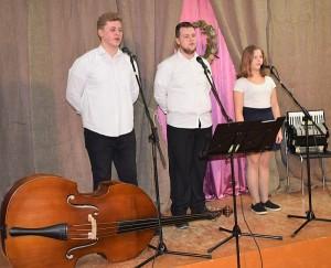 """Žiūrovų širdis daina """"Brolužis"""" jautrino Sigito Kildišiaus, Deivido Vasiliausko ir Aurelijos Pekarskytės tercetas."""