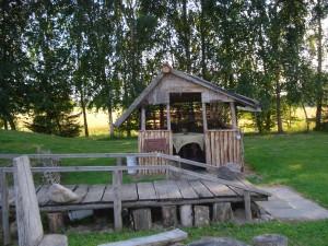 Žemaičių sodyboje gausu mažosios architektūros elementų.