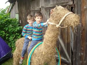Atsirado norinčių pajodinėti ant arklio.
