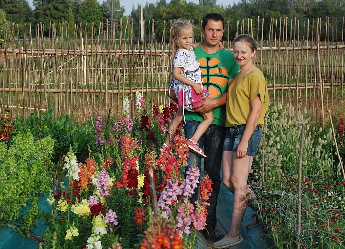 """Tarp """"laukinių"""" gėlių puikiai dera Kurauskų šeima: dukrelė Elena, tėvelis Darius ir mamytė Angelina."""