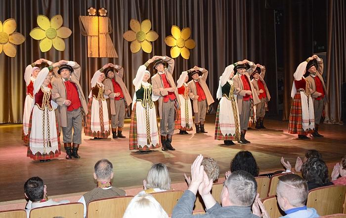 """Scenoje - Širvintų kultūros centro vyresniųjų liaudiškų šokių grupė """"Viesula"""""""