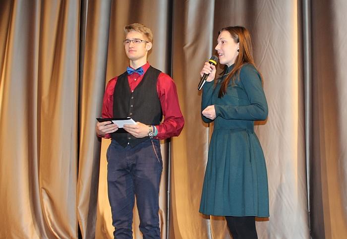 Visus sveikino Kultūros centro direktorė Rytė Bareckaitė. Šalia jos - renginio vedėjas Rokas Štikanas.
