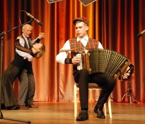Jaunimo grupėje nugalėtoju tapusiam Mindaugui Didžiokui iš Utenos, matyt, padėjo šokėjų pora.