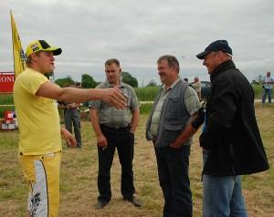 Arimo paslaptimis su draugais dalijasi jaunasis ūkininkas Donatas Ručinskas (pirmas iš kairės).