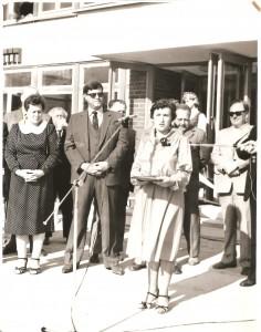 Naujos mokyklos atidarymo proga sveikinimo kalbą sako direktorė Helena Vaicekauskienė. 1985 m. rugsėjo 1 d.