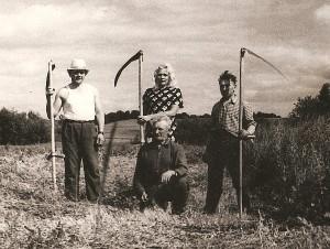 Gimtuosiuose Mančiušėnuose (pirmas iš kairės Kazimieras Autukevičius). 1964 metai.
