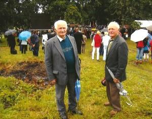 Tremtinių ir politinių kalinių sąskrydyje Ariogaloje (dešinėje Kazimieras Autukevičius) su Vytautu Matijošiumi.