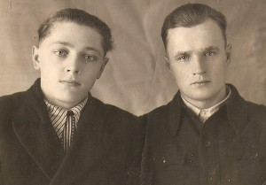 Su draugu Vaclovu Čiukšiu (dešinėje) tremtyje Angarske. 1955 metai.