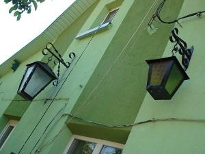 Kazimiero Autukevičiaus nukaldinti šviestuvai puošia namo Ramybės gatvėje sienas.