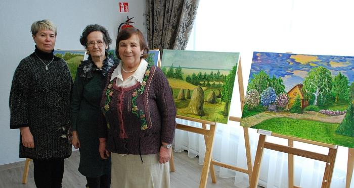 """Tapytoja Aldona Vasiukevičienė ir juostų audėja Zofija Jablonskienė prie tapytojos Joanos Zinkevičienės (dešinėje) darbų respublikinėje liaudies parodoje """"Auksinis vainikas"""" ."""