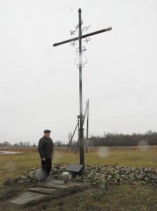 Kazimieras Autukevičius prie kryžiaus, žyminčio Gudonių kaime stovėjusią Karolio Stepšio sodybą.