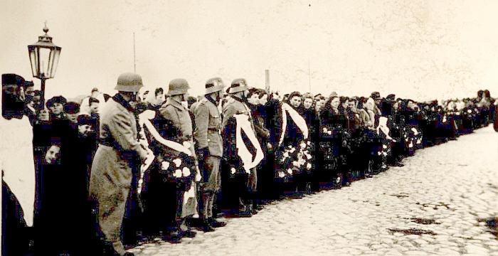1944 m. gegužės 10 d. Vietinės rinktinės kariai Ukmergėje laukia atvežant mūšyje su Armija Krajova žuvusių uteniškių. Ties Graužiškiais žuvo net 21 iš 24 dalyvavusių Utenos pulko karių. Pastarieji iš Ašmenos per Ukmergę nuvežti ir palaidoti Utenoje (Foto: alkas.lt).