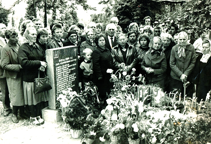 Prie partizanų memorialo Veprių kapinėse. Viduryje - Kazimieras ir Bronius Autukevičiai.