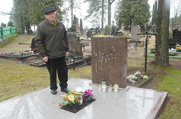Veprių kapinėse prie partizanų memorialo.