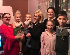 Merė Živilė Pinskuvienė ir patarėja Janina Pažusienė apsilankė Avlasevičių šeimoje.