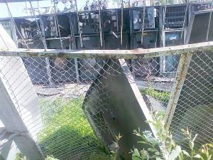 Sprogimo banga spintų duris bloškė į teritorijos apsauginę tvorą ir ją apgadino.