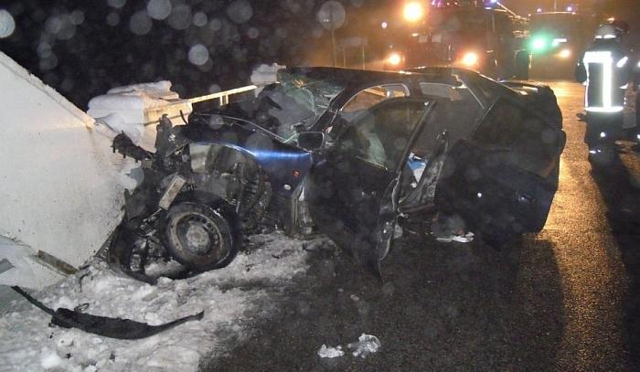 Į įvykio vietą iškviesti ugniagesiai supjaustė automobilį, kad ištrauktų žuvusiuosius ir sužeistuosius.