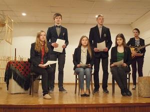 Scenoje Musninkų A. Petrulio gimnazijos jaunieji kūrėjai.