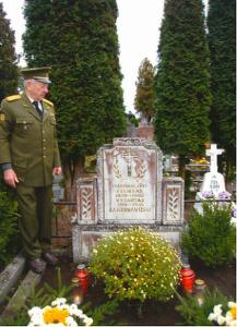 Albinas Bagdonavičius prie brolių kapo Čiobiškio kapinėse