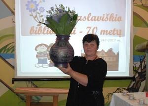 Bagaslaviškio bibliotekos vyr. bibliotekininkei Rimai Žilinskienei skaitytojai įteikė puokštę gėlių.