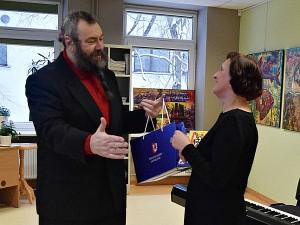 Dailininką sveikina Igno Šeiniaus viešosios bibliotekos skaitytojų aptarnavimo ir vaikų literatūros skyriaus vedėja Almutė Kanapienienė.