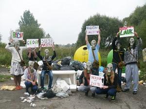 Mokiniai prie Bagaslaviškio šiukšlyno surengė protesto akciją.
