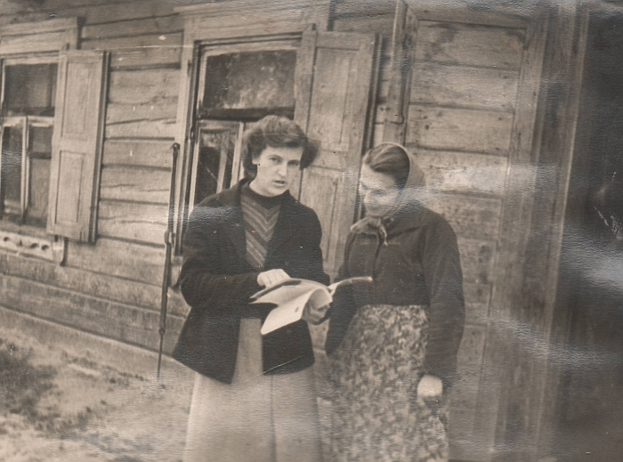 1955-1980 metais bibliotekoje dirbo Anelė Čižiūnaitė, Elena Matuaitė, Aleksandra Pociūnaitė, Ona Janukaitytė, Birutė Sargelytė, Paulina Pečiulienė, Regina Purvytė, Nijolė Jasevičienė... Nuotraukoje - bibliotekininkė Aleksandra Pociūnaitė su skaitytoja prie senosios Bagaslaviškio bibliotekos, kurioje anksčiau buvo įsikūrusi ir vietos mokykla.