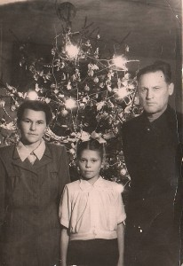 Prie naujametinės eglutės tremtyje su mokytojais Marija Aleksandrovna ir Levu Ivanovičiumi.