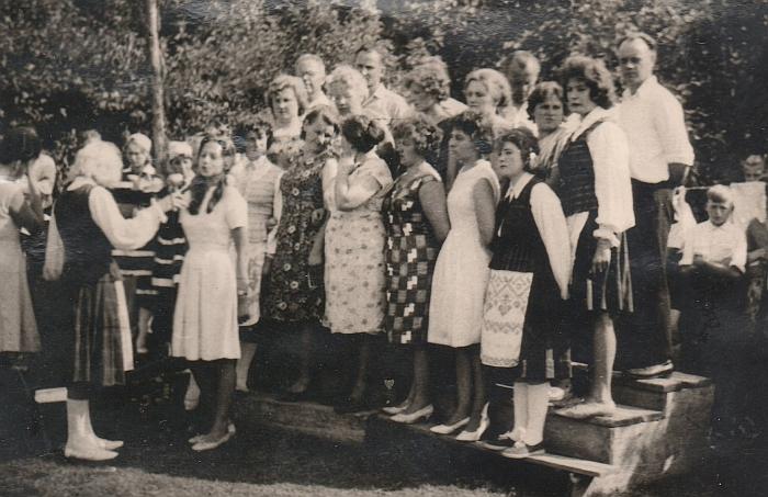 1963 metais buvo surengta Bagaslaviškio kolūkio šventė. Viduryje (pakėlusi ranką) - bibliotekininkė Ona Janukaitytė.