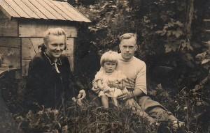 Genovaitė Bagdonienė (centre) su tėveliais tėviškėje.