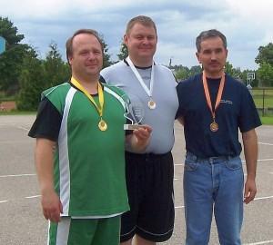 Seniūnų trikovės varžybose Alionių seniūnas S. Bankauskas (viduryje) laimėjo sidabro medalį.