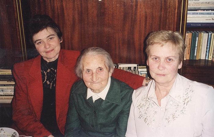 Aldona Barkauskienė (pirma iš dešinės) su seserimi Irena ir mama.