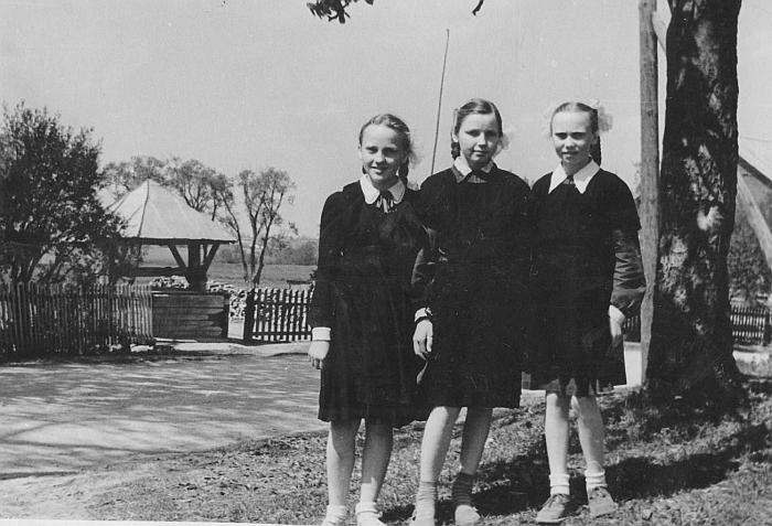 Aldona Budraitė-Barkauskienė (pirma iš dešinės) prie Alytaus r. Alovės vidurinės mokyklos.