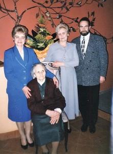 Aldona Barkauskienė (stovi centre) su mama, broliu Alvydu ir seserimi Irena.