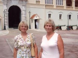 Aldona Barkauskienė (dešinėje) su seserimi Monake.