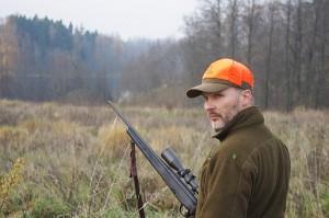 """Seimo kontrolierių išvadoje teigiama, kad Širvintų policija neteisėtai ir klaidingai nurodė, jog Saulius Baumila neturi galiojančio leidimo ginklams ir negali medžioti """"Čiobiškio"""" klube. Remiantis šia, tikroves neatitinkančia, pažyma medžiotojas buvo pašalintas iš klubo."""