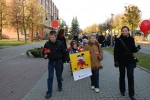 Zibališkiai bene drąsiausiai prie eisenos dalyvių prisidėti kvietė sutiktus vaikus.