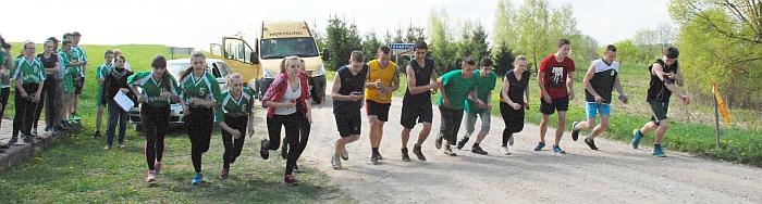 Startuoja bėgikai, dalyvaujantys individualiose septynių kilometrų bėgimo varžybose.