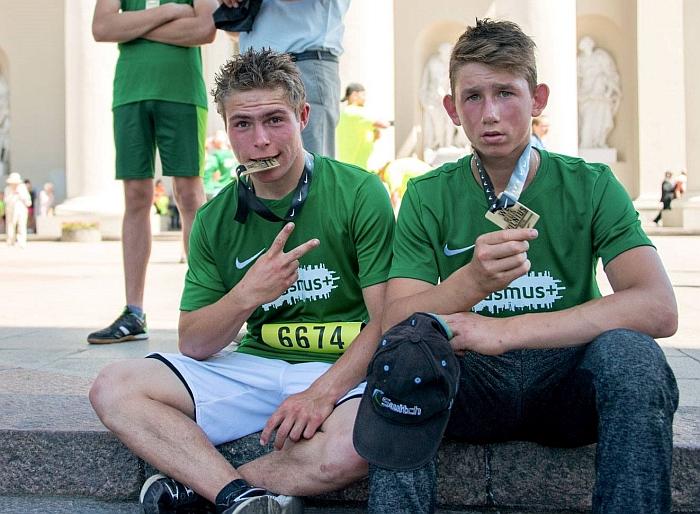 Deividas ir Paulius džiaugiasi medaliais.