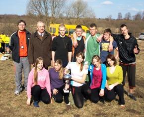 Aštuntojo estafetinio bėgimo aplink Gelvanės ežerą nugalėtoja Gelvonų vidurinės mokyklos komanda. Pirmas iš kairės komandos vadovas Žilvinas Žygė, antras - Laimutis Didžiokas.