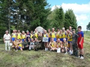 """2010 metai. Nuotrauka prisiminimui kartu su """"Baltijos kelio"""" bėgimo dalyviais prie paminklinio akmens."""