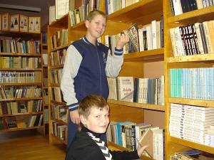 """Į Širvintų """"Atžalyno"""" progimnazijos biblioteką vaikai užsuka ir per pertraukas, ir po pamokų."""