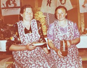 Į vestuves dažniausiai šeimininkauti kaimynai kviesdavę Janiną Bilotienę (dešinėje) ir Oną Micienę.