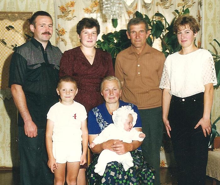 Bilotų šeima: tėvai, vaikai ir anūkai.