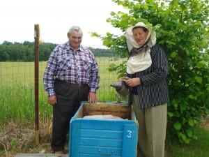Rubikonyse gyvenantys Albinas ir Olė Kalesnikai prižiūri 30 avilių bityną.