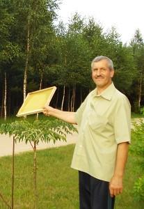 """""""Planuoju dalį bičių laikyti kitoje vietoje, nes čia joms jau darosi per ankšta"""",- ateities planais dalijosi Česlovas Jasevičius."""